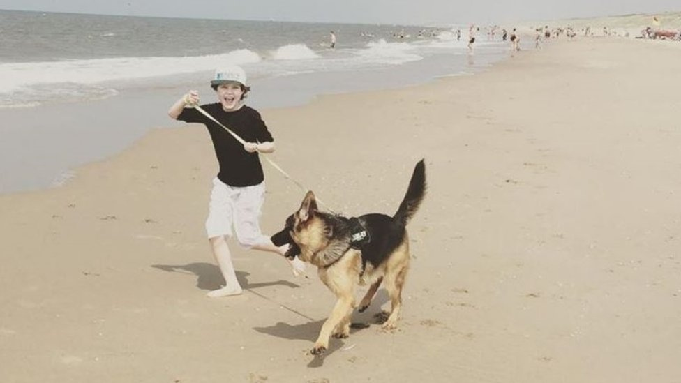 لورانت يلعب مع كلبه بالقرب من الشاطئ