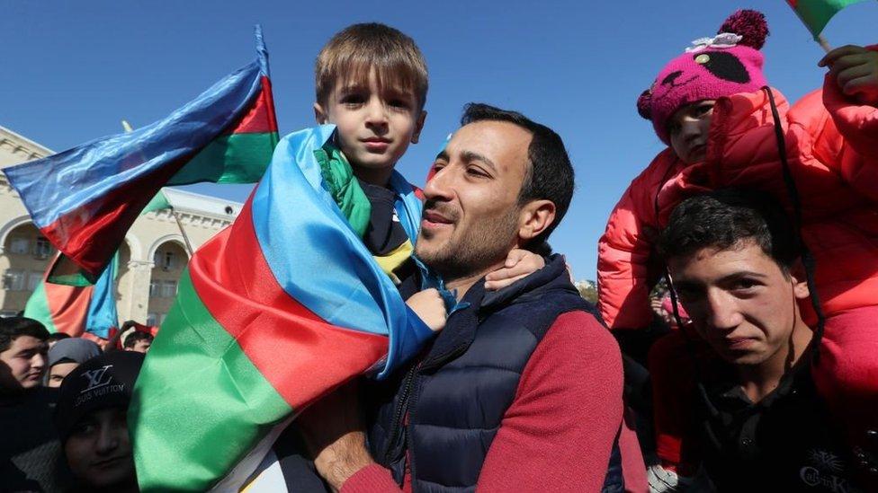 La población local celebrando el fin del conflicto militar en Nagorno Karabaj.