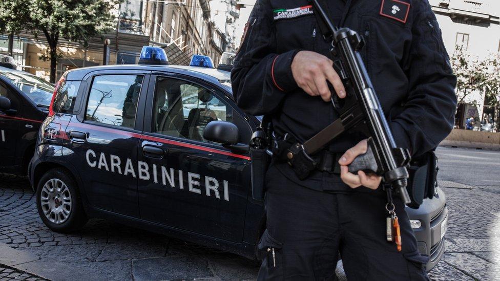 İtalyan Carabinieri kolluk güçleri