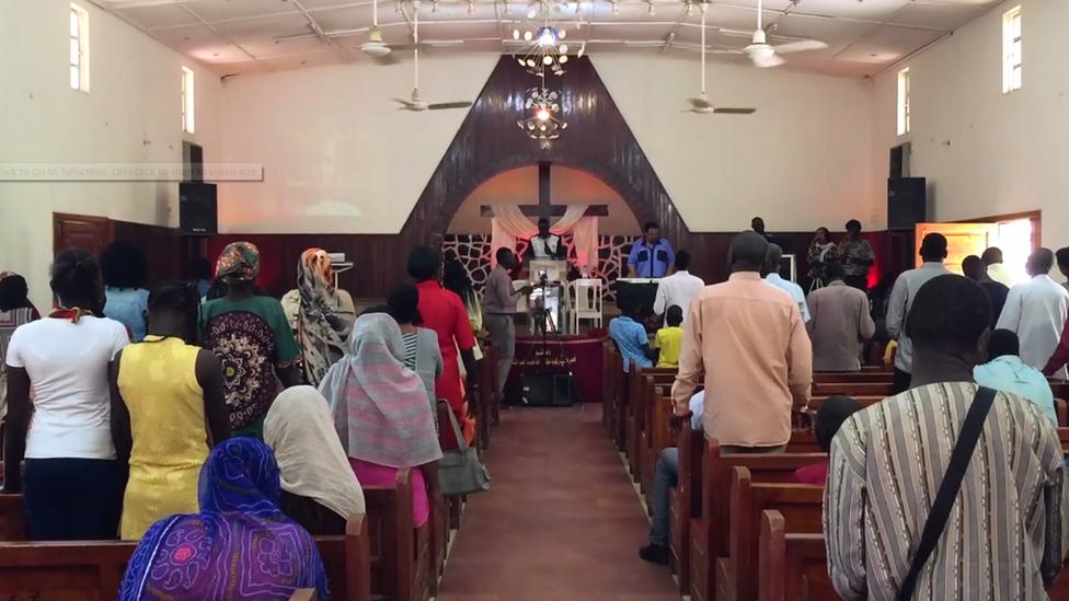 أبناء الطائفة الإنجيلية في السودان يحضرون خدمة يوم الأحد في مقر الكنيسة بخرطوم بحري
