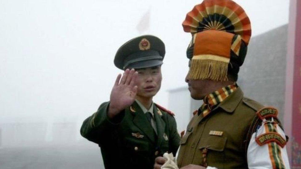 جندي صيني يحيي جنديا هنديا