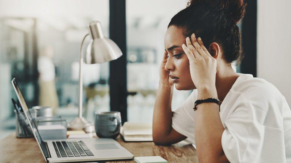 Mulher olhando tela do computador