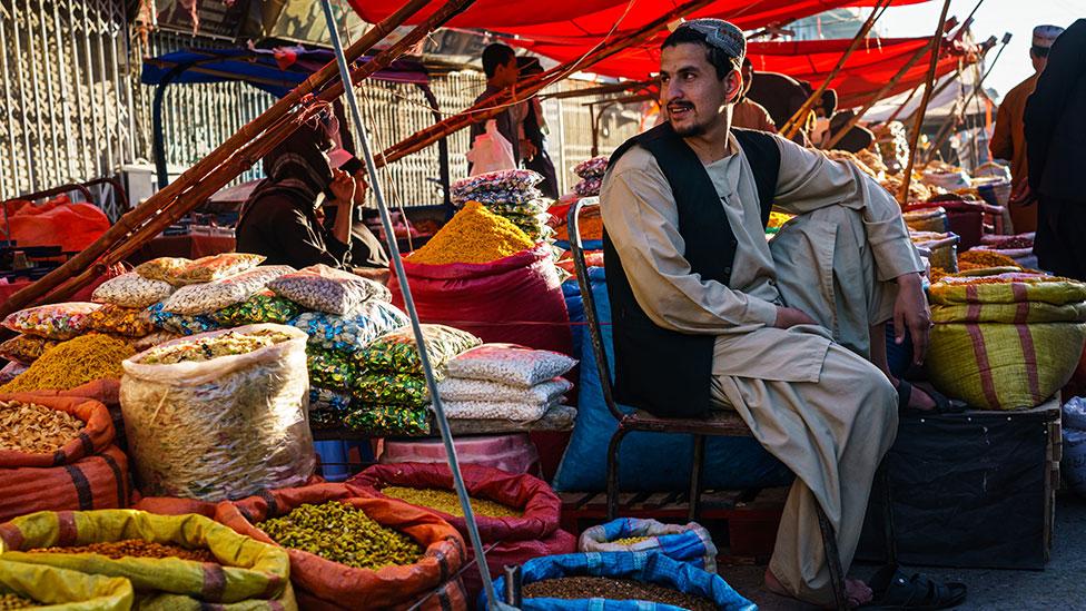 بائع في السوق في قندهار ، آخر معقل رئيسي لطالبان يسقط بيد الولايات المتحدة في عام 2001