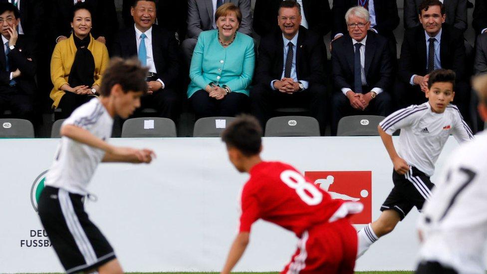 استمتع الرئيس الصيني تشي جين بينغ بمشاهدة مباراة لليافعين بين الصين وألمانيا خلال زيارته للعاصمة الألمانية برلين عام 2017.