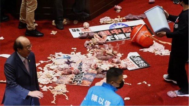 國民黨立委丟擲豬內臟抗議,民進黨批評浪費糧食(Credit: Reuters)