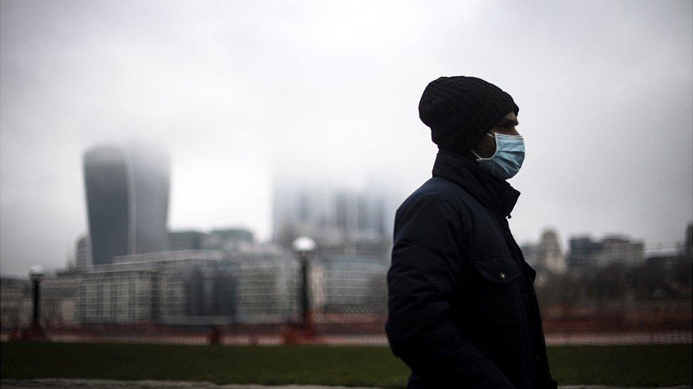 Коронавирус: можно ли заразиться на улице и где самый большой риск?