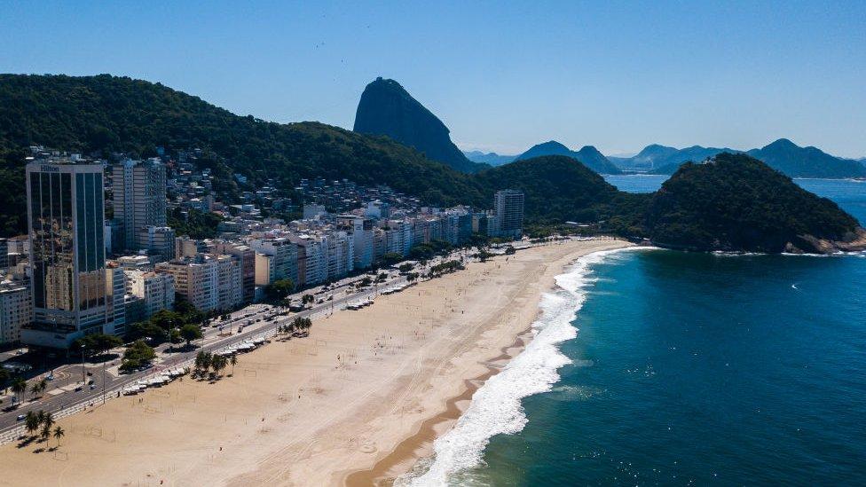 Playa de Copacabana, en Río de Janeiro, vacía por las medidas de confinamiento.