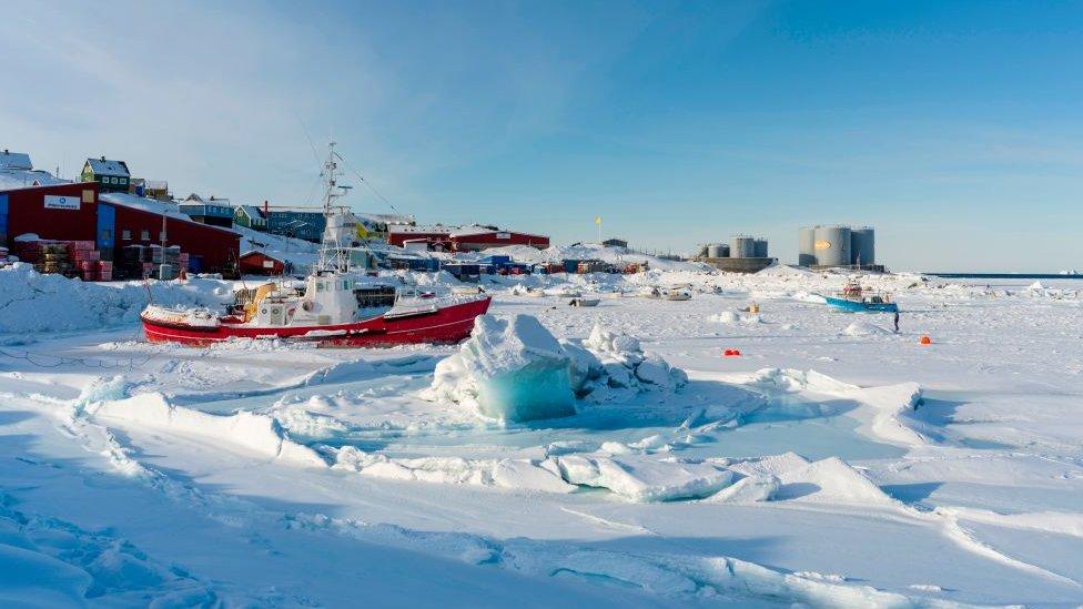 Grönland'ın kuzeyindeki Baffin Körfezi kıyısındaki Upernavik kasabasında kış.