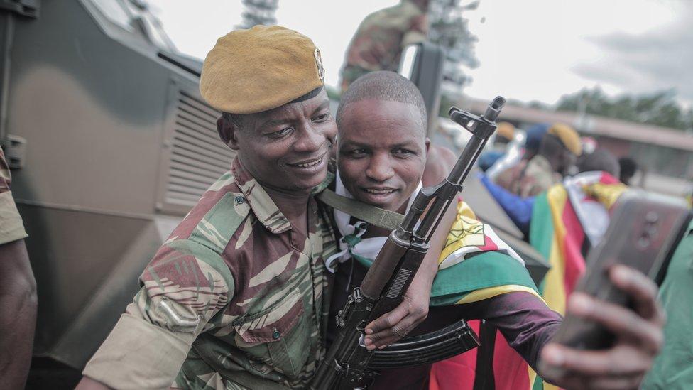 Građani sa vojnicima slave na ulici svrgavanja Roberta Mugabea