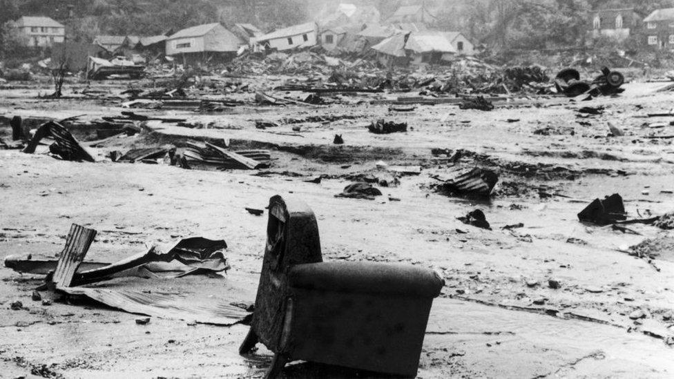 Un sillón en medio del desastre tras el terremoto de Valdivia, Chile, en 1960.