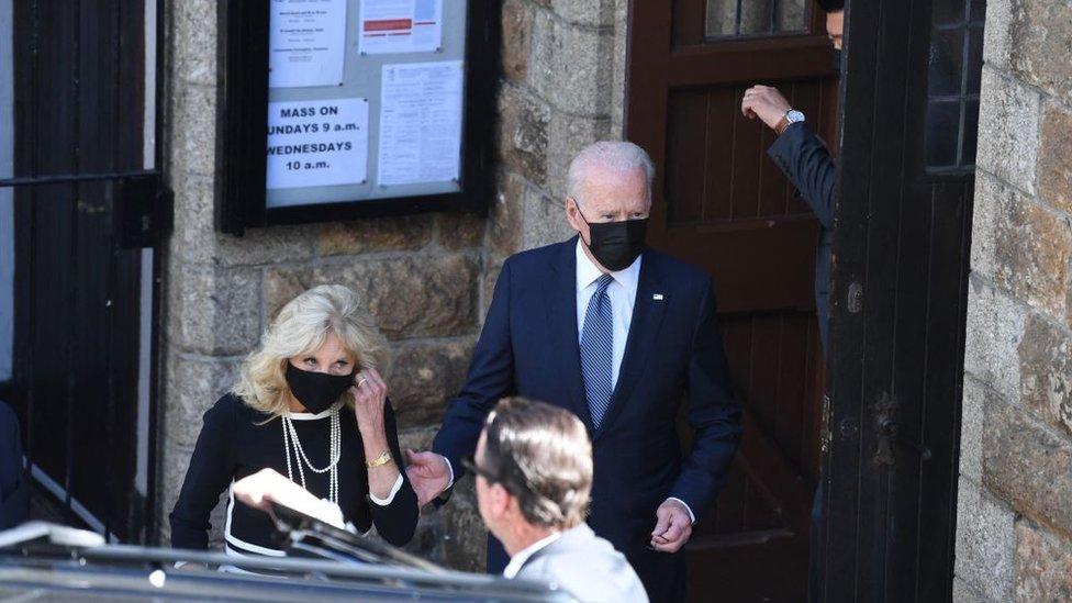 美國總統拜登和第一夫人吉爾早晨到G7會址附近一個天主教堂參加周日彌撒