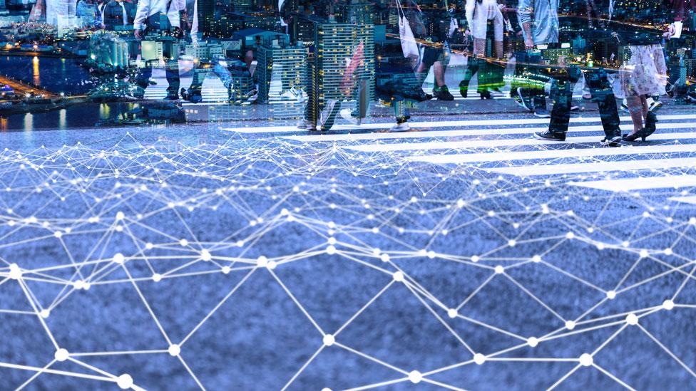 Ilustración que muestra personas y paisajes de una ciudad con una red de puntos luminosos