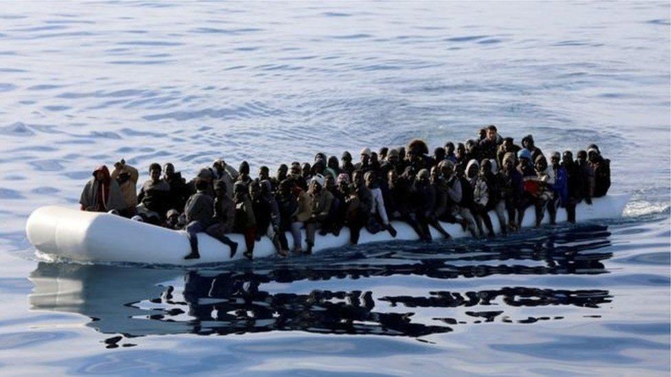 Надувний човень з мігрантами в морі