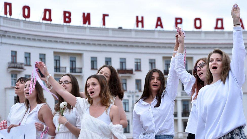 Протесты в Беларуси: женские живые цепи и четвертая ночь противостояния