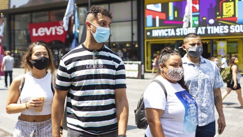 Varias personas con mascarilla en Nueva York