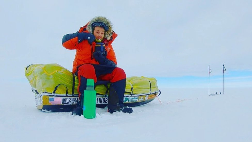 Colin O'Brady comiendo avena por la mañana en un paisaje blanco