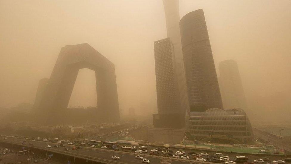 Langit Beijing tertutup debu dan pasir.