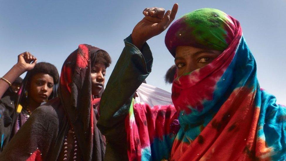 نساء يرقصن خلال مهرجان كيور سالي السنوي
