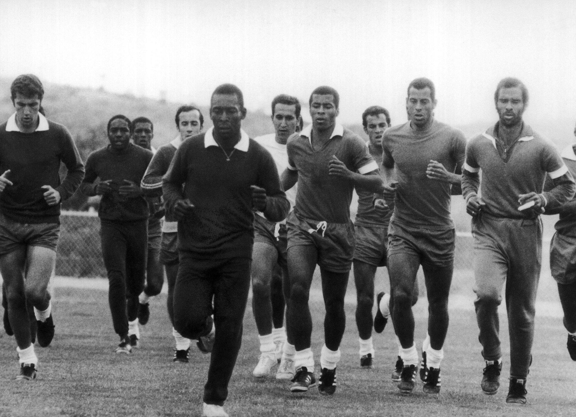 Pele e demais jogadores treinam em campo do Exercito no Rio de Janeiro