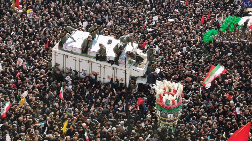 حشود ضخمة شيعت جنازة قاسم سليماني في إيران