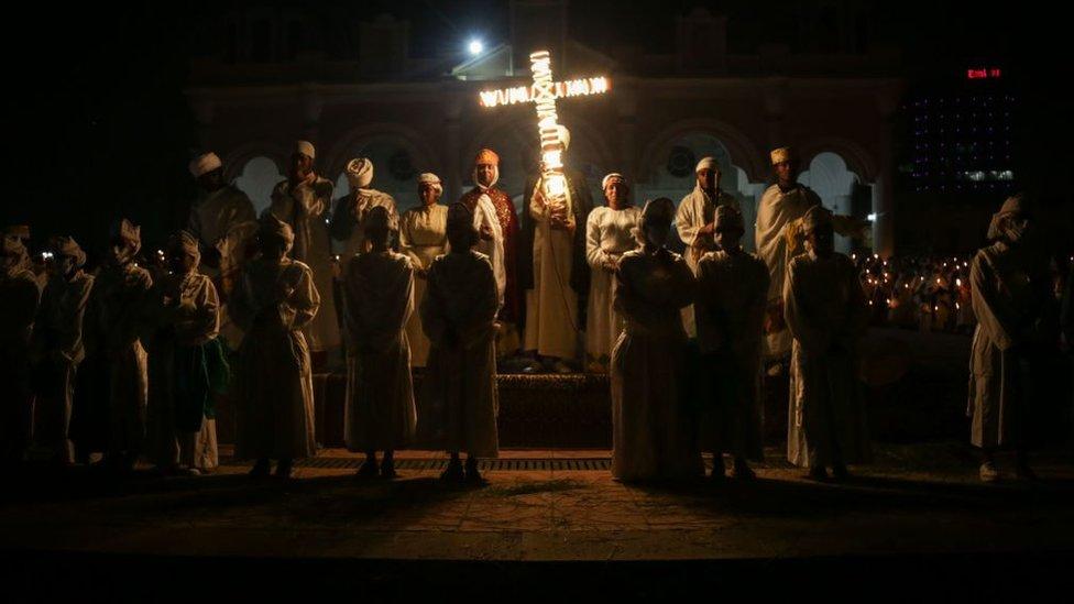 oración con la cruz iluminada