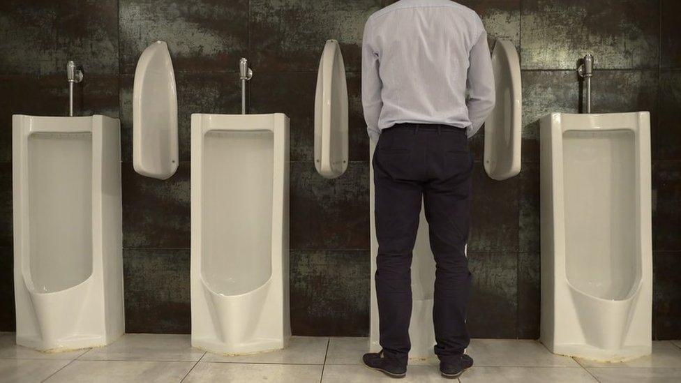 muškarac u toaletu