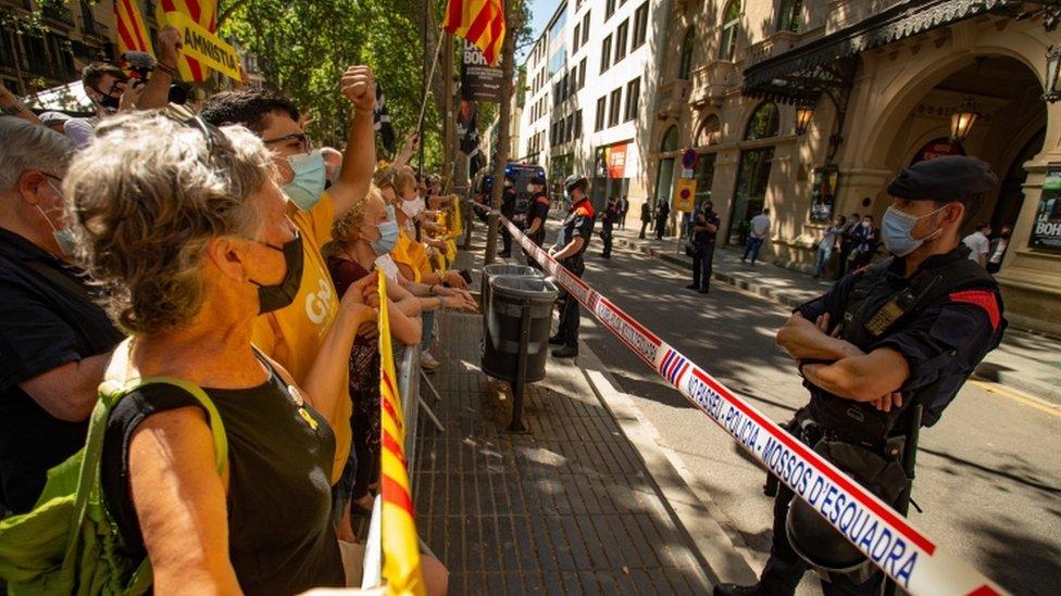 Manifestantes independentistas catalanes se reúnen frente al Teatro Liceu de Barcelona.
