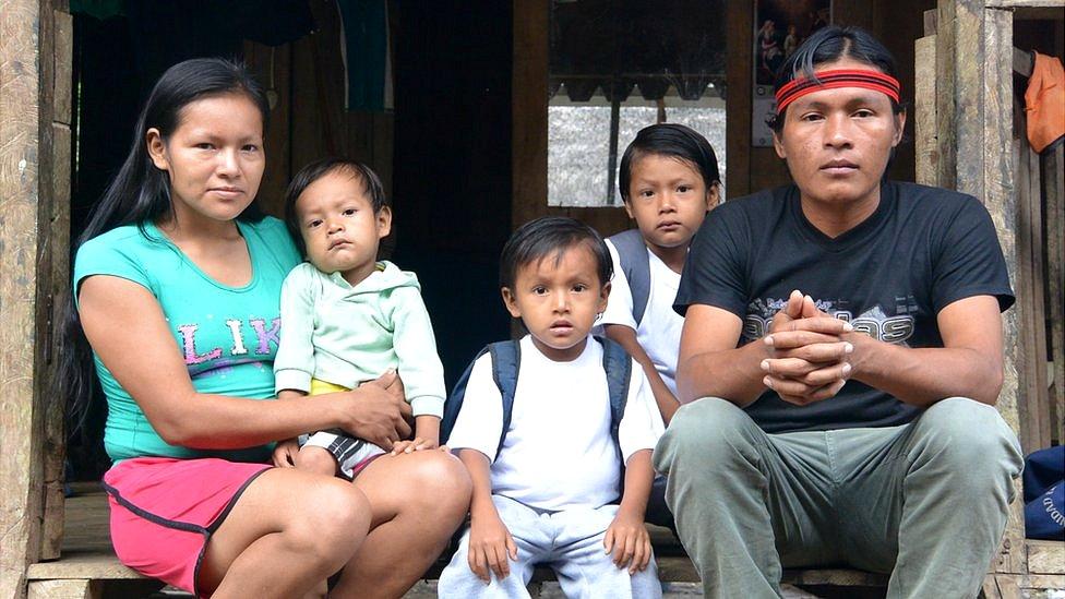 Mario Gualinga y su familia