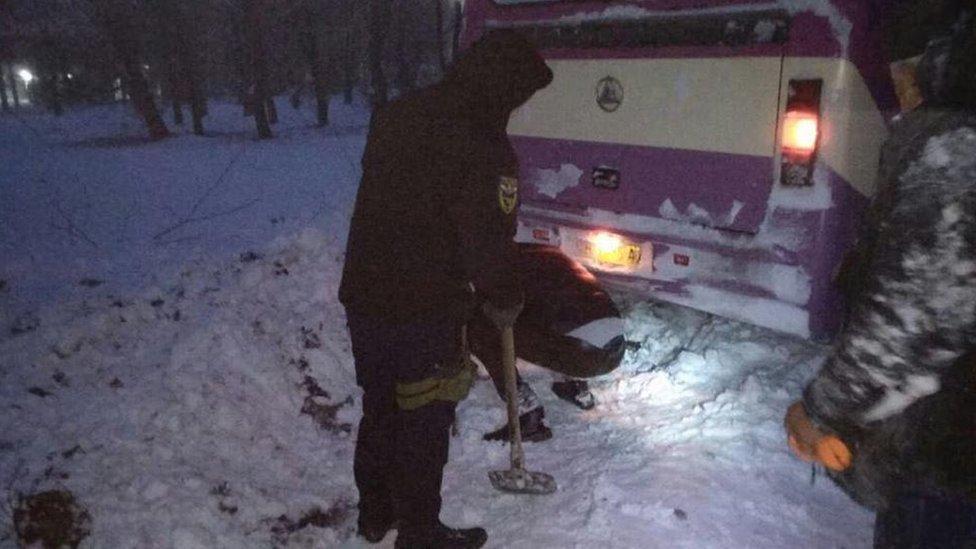 Негода в Україні: затори і перекриті через сніг дороги