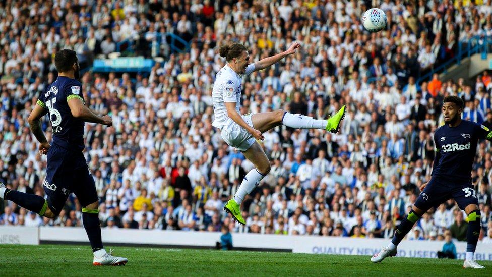 لاعب ليدز يوناتيد لوك أيلينغ يسدد كرة في مبارة النادي مع داربي كونتي