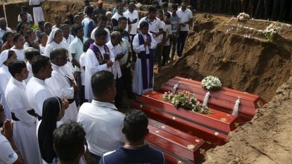 श्रीलंका धमाकेः मृतकों की सामूहिक अंत्येष्टि, शोक में डूबा देश