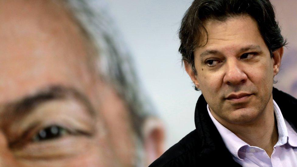 Fernando Haddad con la imagen de Lula detrás