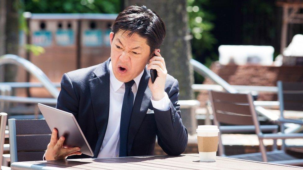 رجل غاضب على الهاتف