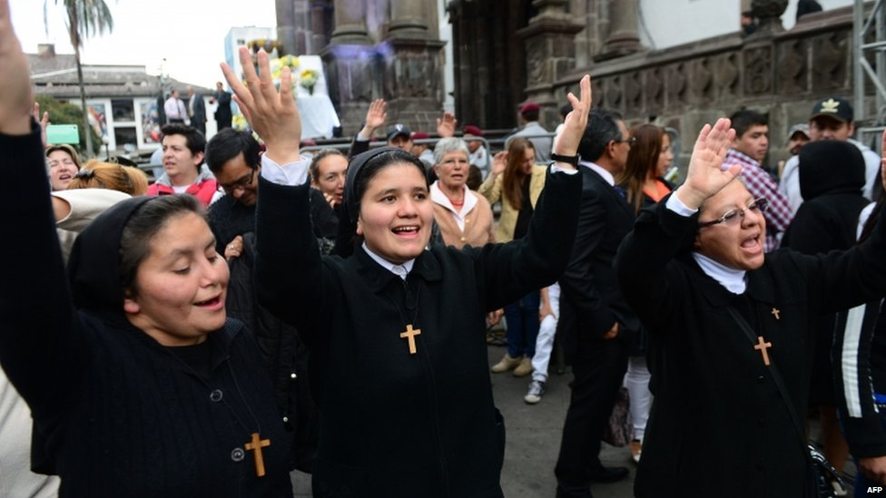 Nuns wait for the arrival of Pope Francis in Quito (06 July 2015)