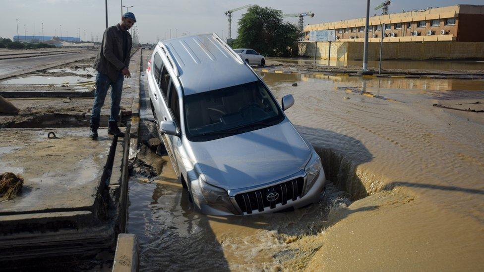 توقعت إدارة الأرصاد الجوية الكويتية تواصل هطول الأمطار السبت