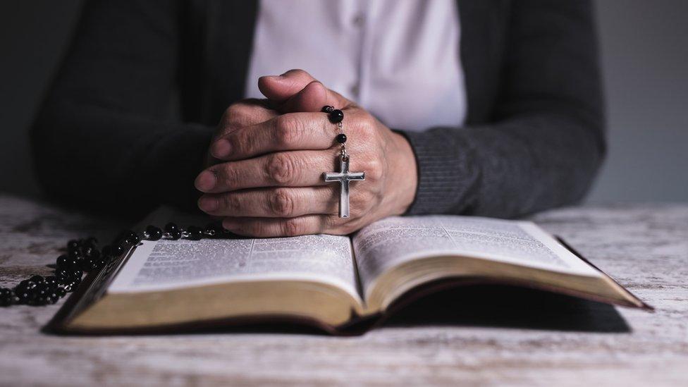 monja con rosario y biblia