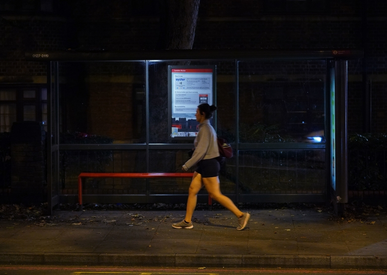 İngiltere'de telekomünikasyon şirketi BT'nin, yalnız başına yolculuk eden kadınların evine güvenli bir şekilde vardığını takip edecek bir sistem geliştirme teklifi hükümetten destek gördü.
