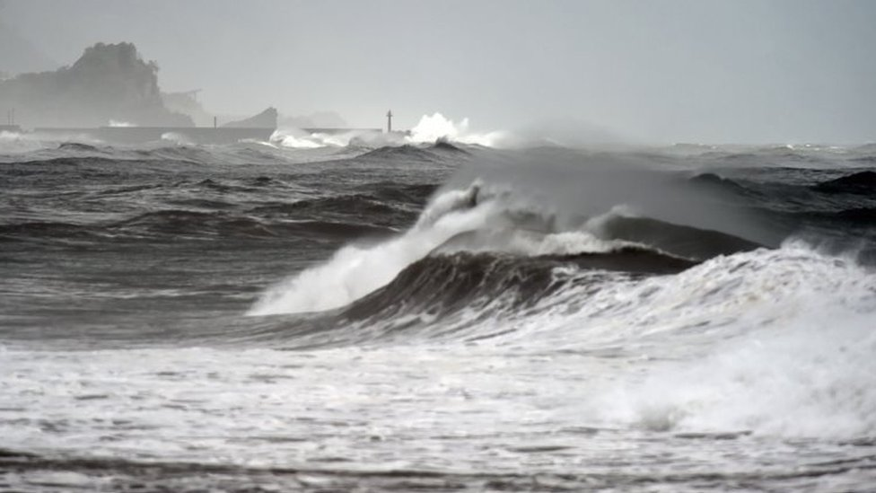 Waves near the Wushih harbor in Yilan as typhoon Goni approaches eastern Taiwan 22/08/2015