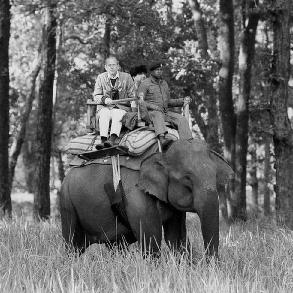 Felipe sentado en un elefante en un viaje con la reina a India