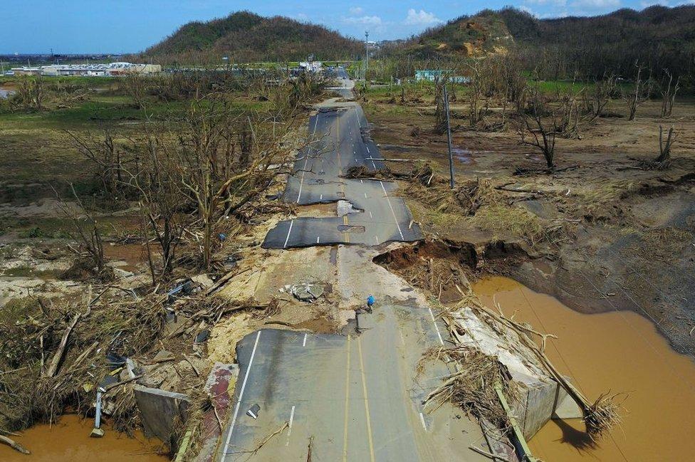 Una carretera dañada en Puerto Rico.