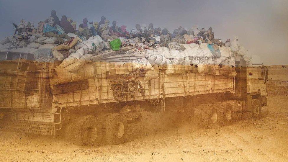 Migrantes en un camión en el desierto.