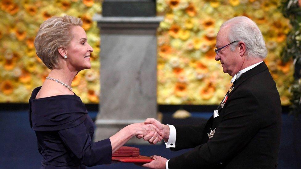 Frances Arnold recibiendo el premio Nobel de las manos del rey Carlos Gustavo, de Suecia