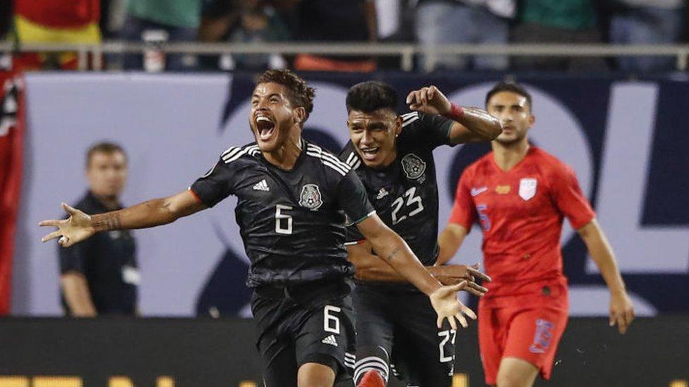 Jonathan dos Santos celebra su gol