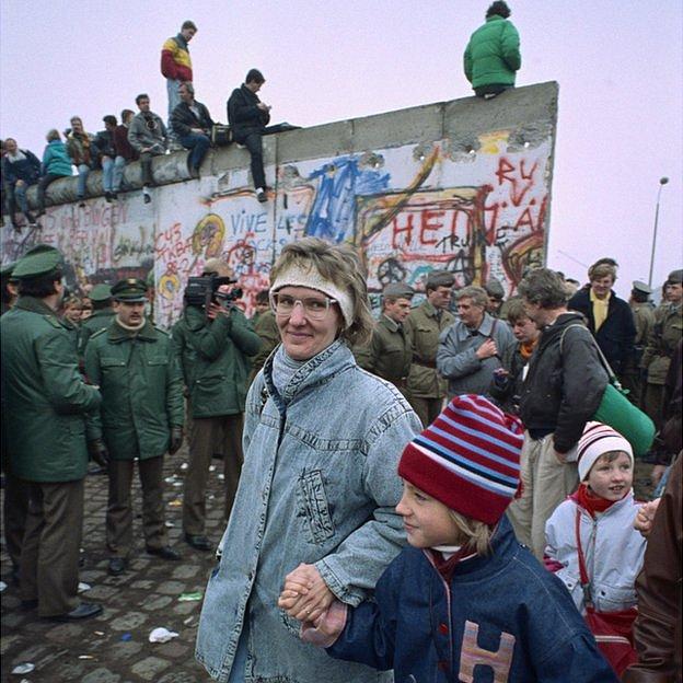 Gente pasando tras la caída del muro.
