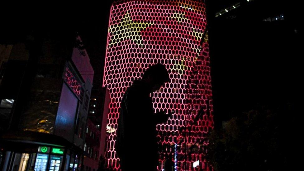 Persona con un teléfono en China