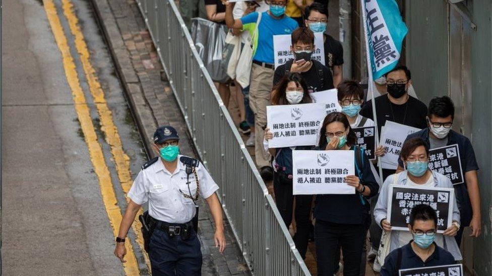因為疫情關係,示威者難以號召上萬人的遊行活動。