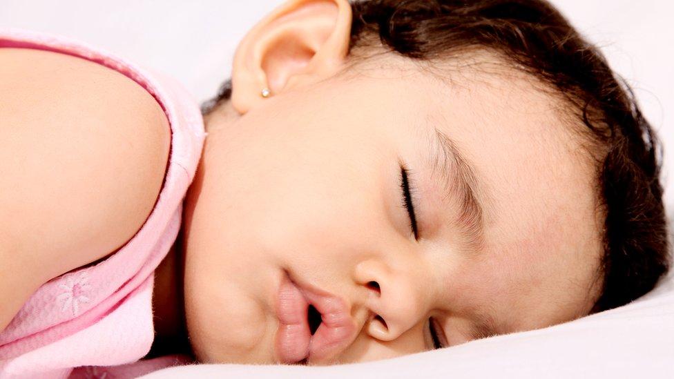 Niña pequeña durmiendo con la boca abierta