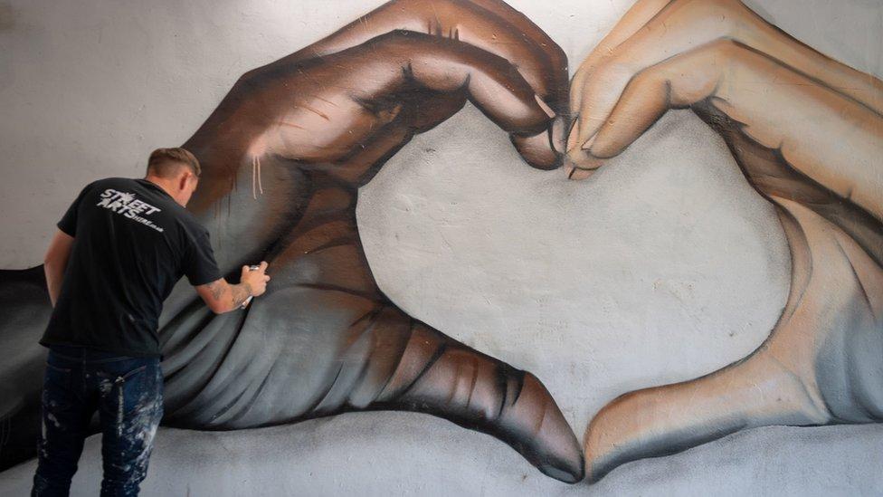 Ulični umetnik Nejtan Murdok