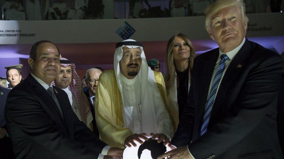 ترامب وزوجته ميلاينيا والعاهل السعودي والرئيس المصري السيسي