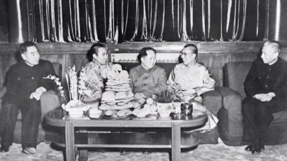達賴喇嘛、班禪喇嘛上世紀50年代在北京與毛澤東、周恩來與劉少奇合影